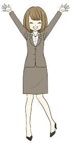 スーツを着た女性 バンザイ 喜ぶ