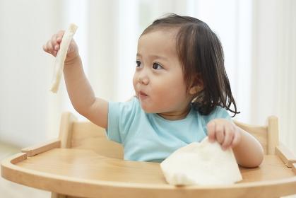 食パンを食べる女の子