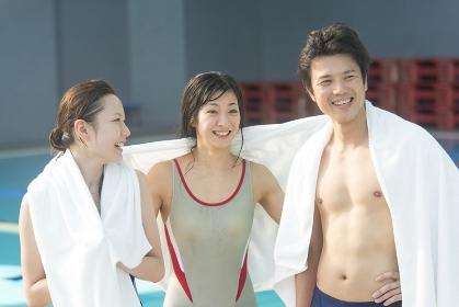 水泳後に談笑する男女