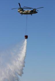 CH-47Jヘリコプターによる空中消火の展示(2010年航空自衛隊小牧基地航空祭)