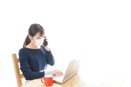 マスクをしてリモートワークをする若いビジネスウーマン