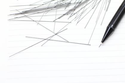 ノートとシャーペンと散らばる芯