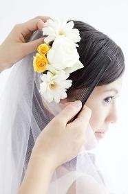 花飾りをつけてもらう花嫁