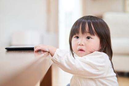 不安な表情で遠くを見るアジア人の幼児