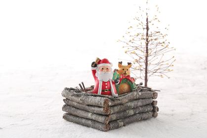 クリスマスにプレゼントを運んでくるサンタクロースと雪景色