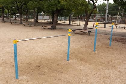 日本の公園の遊具 鉄棒