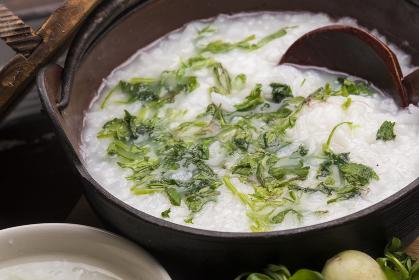 日本の正月の伝統的料理の七草粥