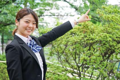 指をさす制服姿の学生