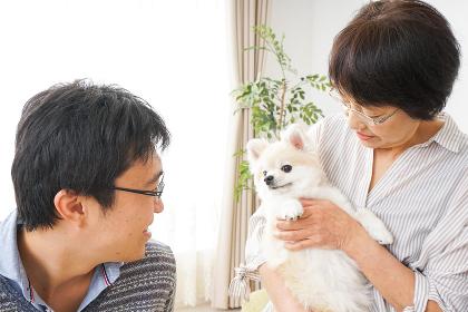 おばあちゃんと息子と犬