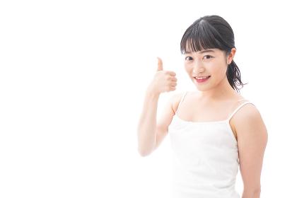 OKサインをするをする笑顔の若い女性