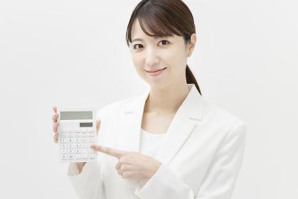 計算機を持つ、スーツ姿の女性