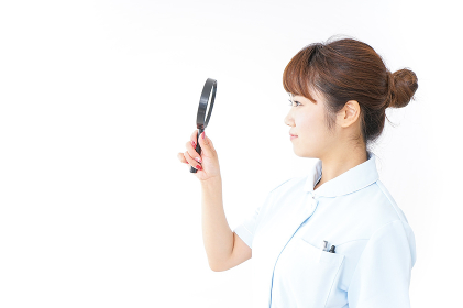 ルーペを持つ看護師