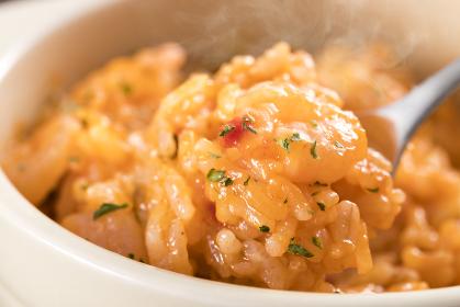 スプーンですくった、熱々の、海老とトマトソースのチーズリゾット