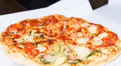 箱入りのデリバリーピザを自宅で楽しむ【ウィズコロナのニューノーマル】