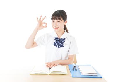 グッドサインをする笑顔の女子学生