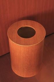 リビングルームの木製のゴミ箱
