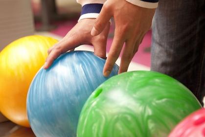 ボウリング球を持つ男性の手元
