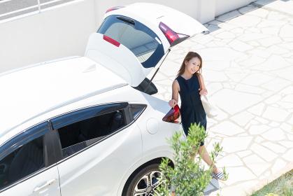 女性と自動車 荷物