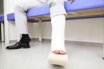 骨折した男性患者の足