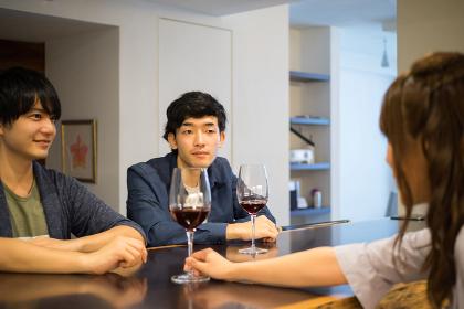 ワインを追加注文する男性2人