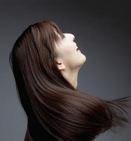 ストレートヘアーの女性