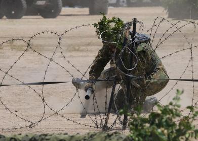 駐屯地祭の模擬戦で、鉄条網爆破の演技