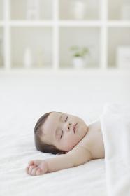 リビングでお昼寝をする赤ちゃん