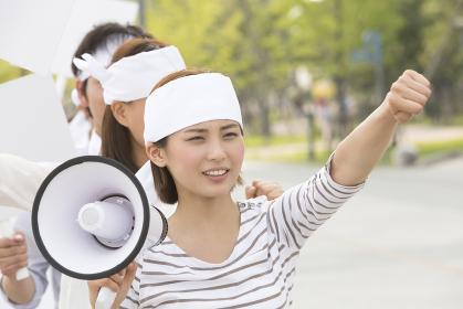 デモ行進をする人々