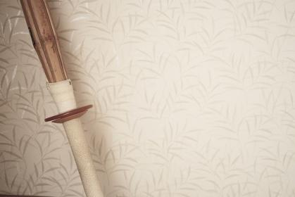壁に立てかけた竹刀のアップ