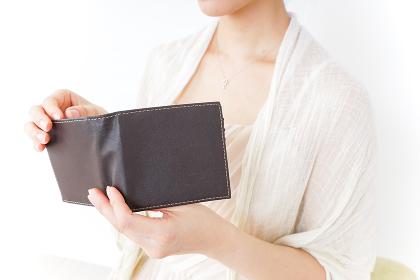 財布を確認する女性