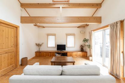 木を使ったデザインの一軒家のリビング