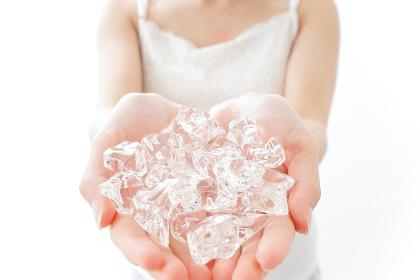 氷を持つ女性