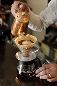 コーヒーの入れ方15:コーヒーにお湯を注ぐ