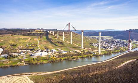 Mosellandschaft Moseltalpanorama mit Blick auf  Hochmoselbrücke  die in Bau befindliche Straßenbrücke  Frühjahr 2017   Rheinland-Pfalz Deutschland