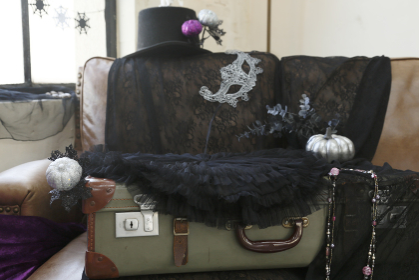 クールなハロウィンの飾り付けがされた部屋