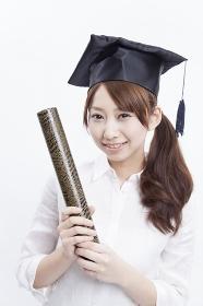 卒業証書を持って微笑む女子大学生