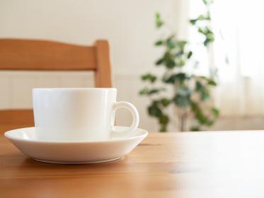 テーブルの上に置かれたカップ