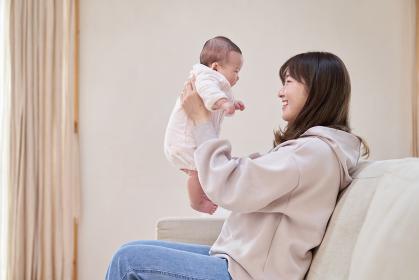 赤ちゃんを抱っこするアジア人のお母さん