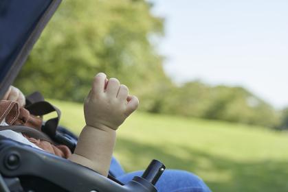 ベビーカーに乗るかわいい日本人の赤ちゃんの手