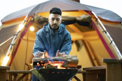 焚き火を楽しむ男性