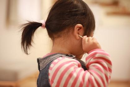 耳掃除する女の子