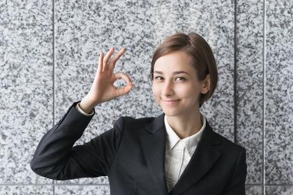 笑顔でOKマークを作る女性