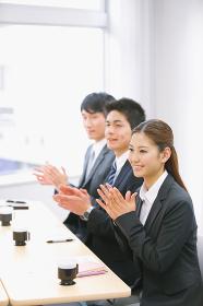 拍手するビジネスマン