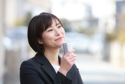 飲み物を飲む女性社員