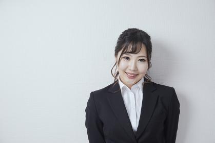 スーツを着た若い日本人のビジネスウーマン