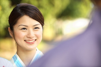 男性に微笑みかける浴衣女性