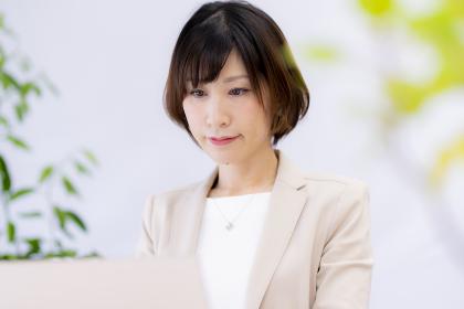 パソコンを見て悩む女性【2020】