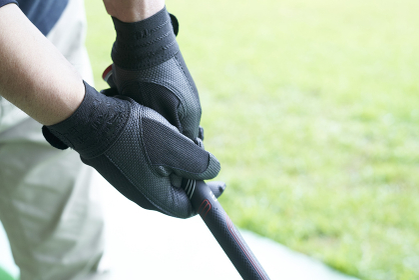 ゴルフ場で練習をするシニアの男性の手元