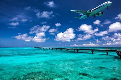 沖縄県・下地島 飛行機と夏の下地島空港付近の海の風景