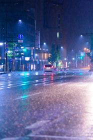 夜の雨の街角